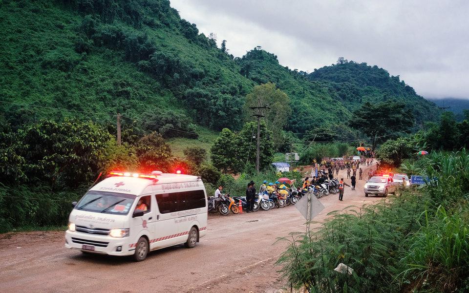 Спасатели эвакуировали изпещеры вТаиланде всех детей итренера