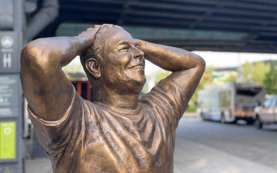 В Нью-Йорке в честь юбилея Илона Маска установили его статую. В соцсетях ее не оценили и сравнили с неудачным бюстом Роналду