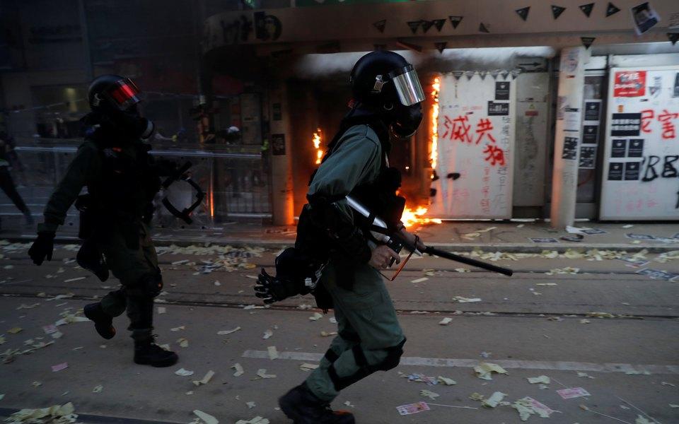 Во время протестов вГонконге полиция впервые применила огнестрельное оружие. Серьезное ранение получил 18-летний подросток