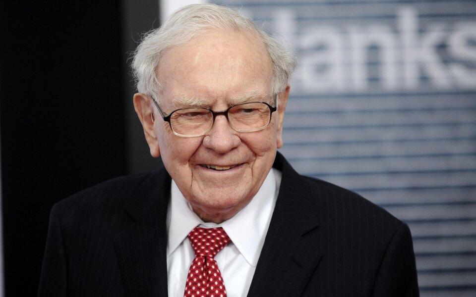 Уоррен Баффет возглавил рейтинг самых щедрых миллиардеров США поверсии Forbes. Завсю жизнь он направил наблаготворительность $42,8 млрд