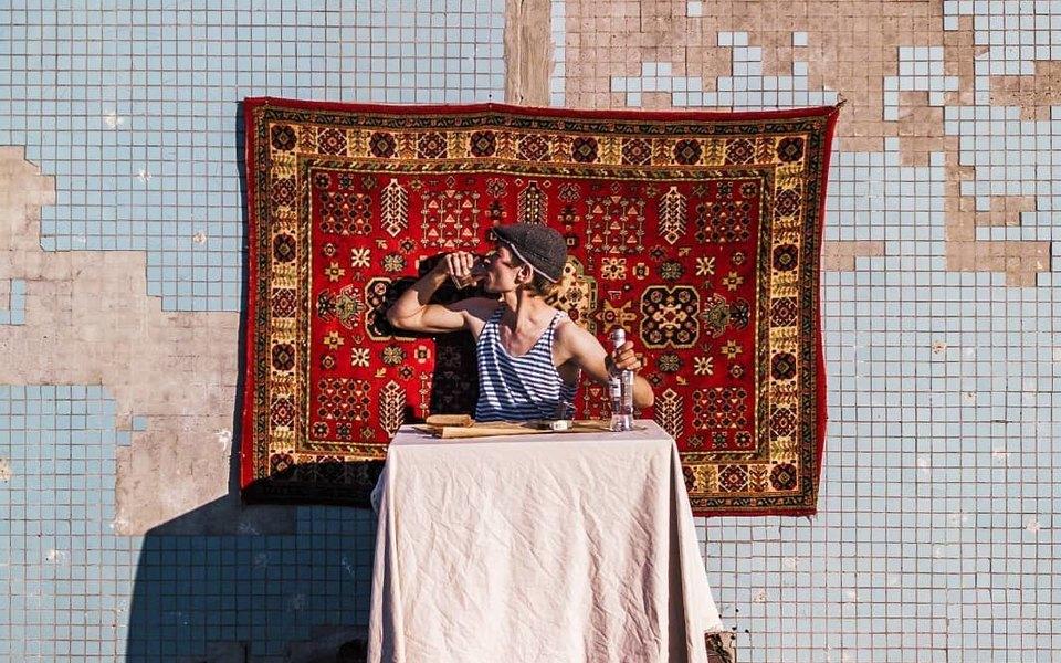 Самарский художник накрыл стол настене заброшенного дома начетвертом этаже