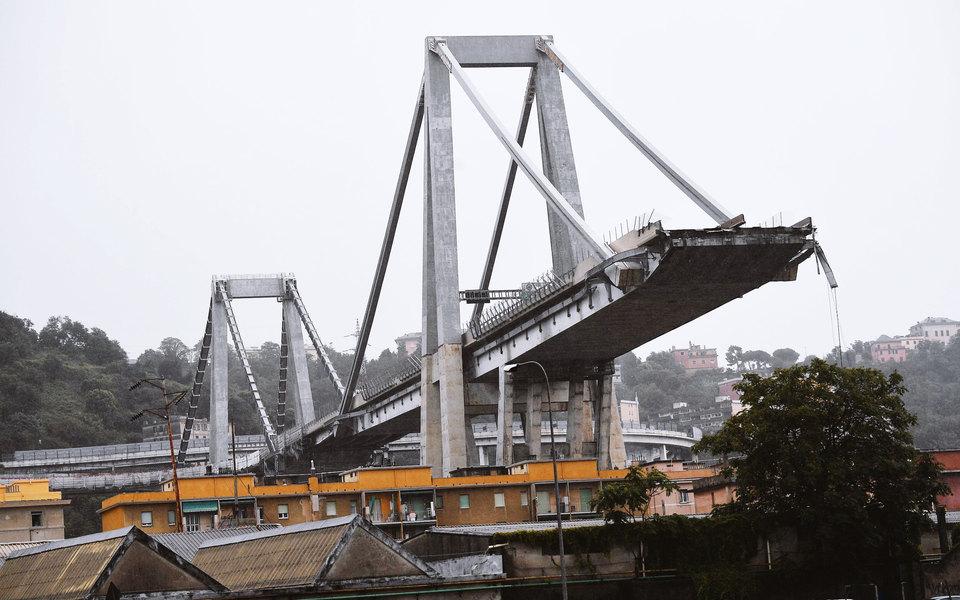 Фото: обрушение автомобильного моста вГенуе