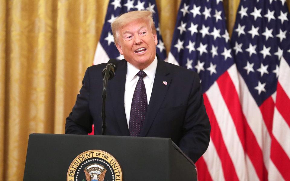 Экс-помощник Трампа написал о нем книгу. Лидер США назвал его злобным скучным дураком