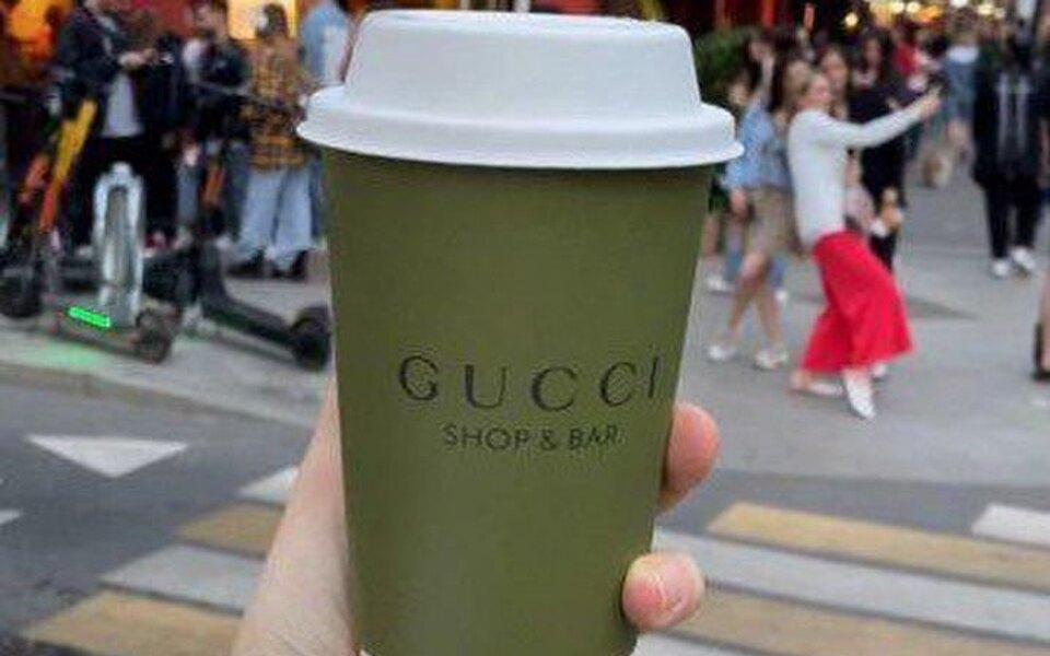 Стоимость одноразовых бумажных стаканчиков из Gucci Shop & Bar на Avito достигает 15 тысяч рублей