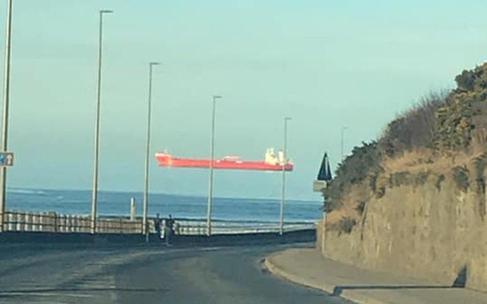 В Великобритании заметили корабли, «парящие» в воздухе