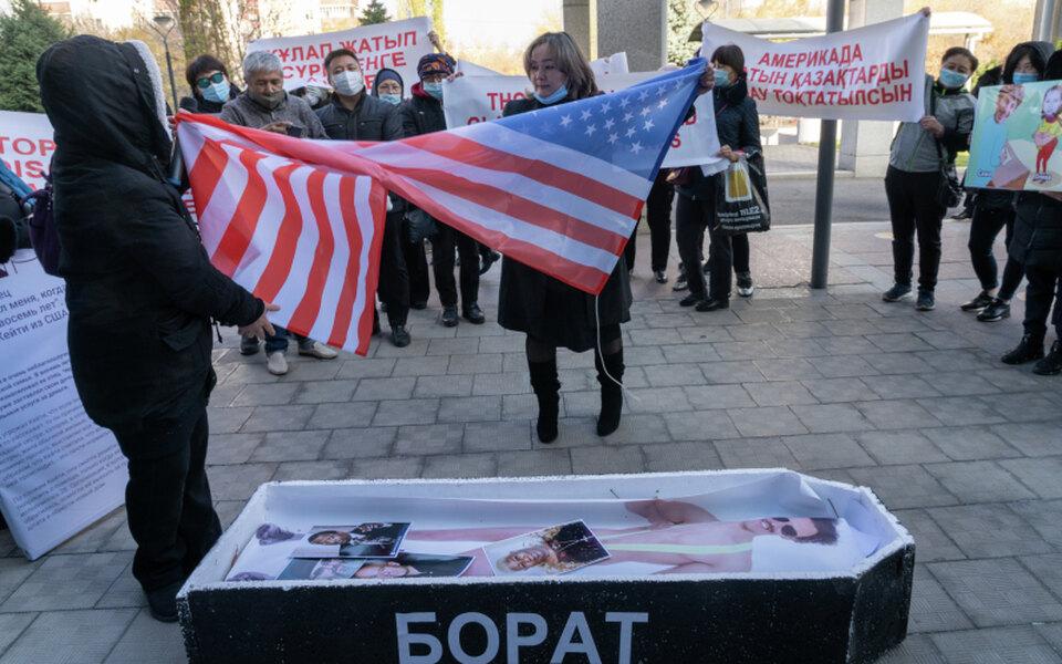 «Саша, сдохни!» — кричали протестующие. Инет, нев Беларуси, а вКазахстане — из-за нового «Бората»