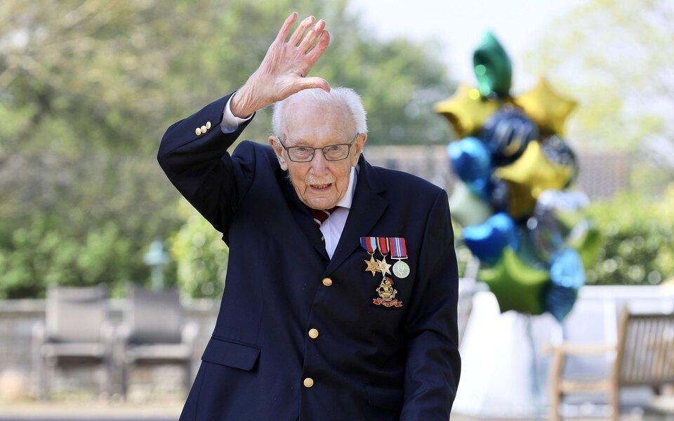 Сэр Том Мур умер откоронавируса. Вапреле 100-летний ветеран собрал 33 миллиона фунтов дляврачей