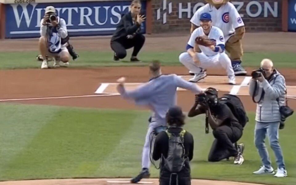 Конор Макгрегор совершил символический первый бросок на бейсбольном матче (лучше бы он этого не делал)