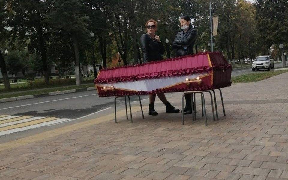 Жительницу Балашихи, которая привезла гроб с телом сестры к администрации, вызвали в СК