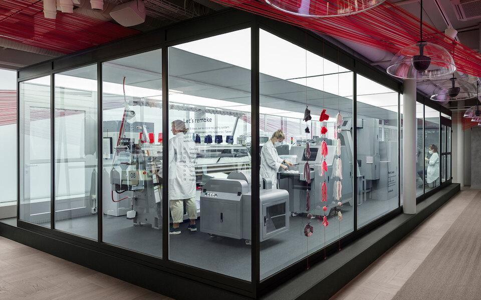 H&M запустили машину попереработке одежды всвоем магазине вСтокгольме