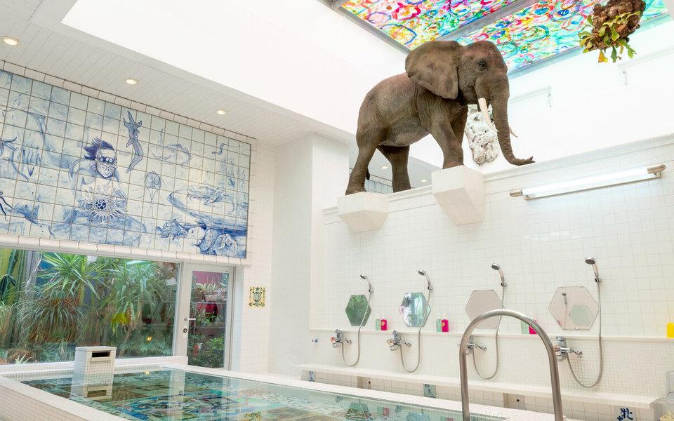 Немузейный экспонат: как и зачем искусство просочилось в отели и публичные пространства