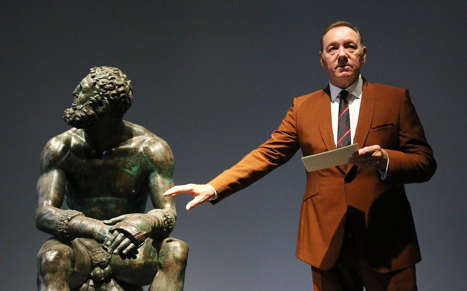 Кевин Спейси впервые появился напублике после скандала. Он прочитал поэму «Боксер» витальянском музее