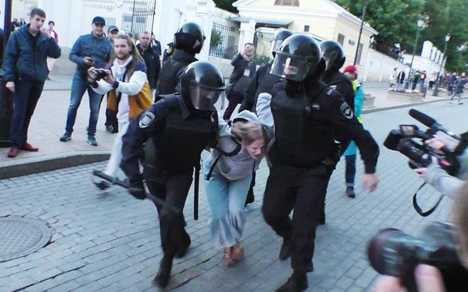 Суд вернул вполицию административный протокол Дарьи Сосновской, которую ударил вживот полицейский