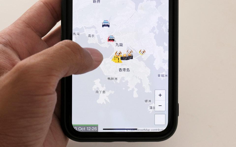 Экран мобильного телефона с запущенным приложением HKmap.live