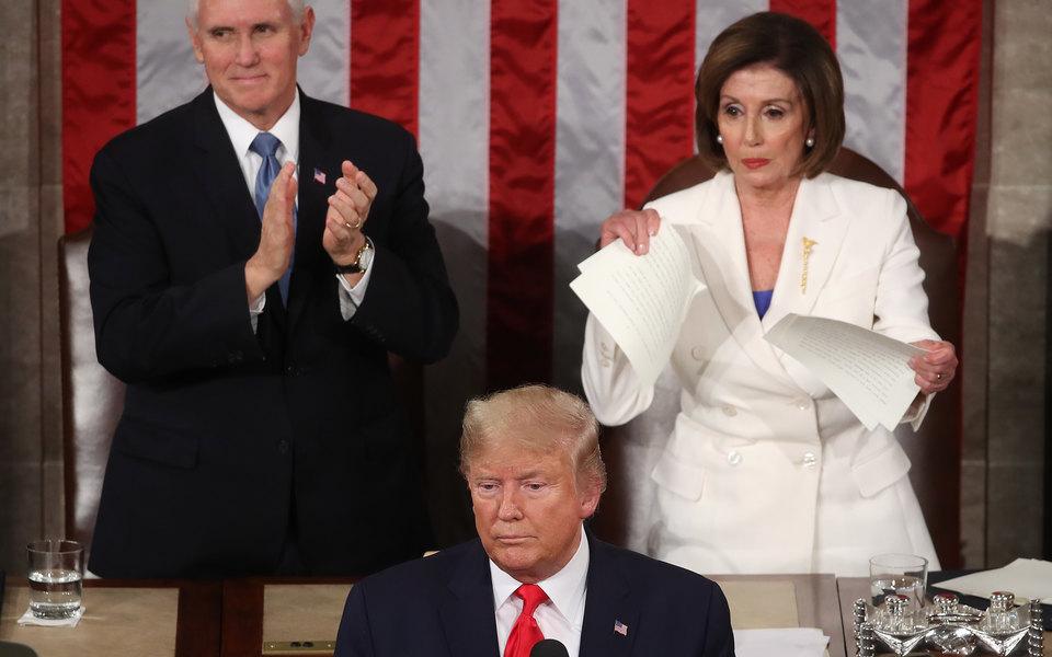 Трамп передобращением кнации отказался пожать руку Нэнси Пелоси, спикеру палаты представителей США. Вответ та разорвала текст его речи