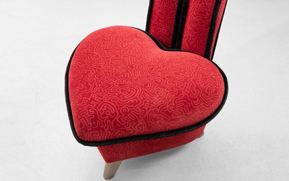 Галерея Алины Пинской примет участие вCosmoscow 2020. Среди экспонатов — кресло вформе персонажа Кита Харинга истеллаж как уДэвида Боуи