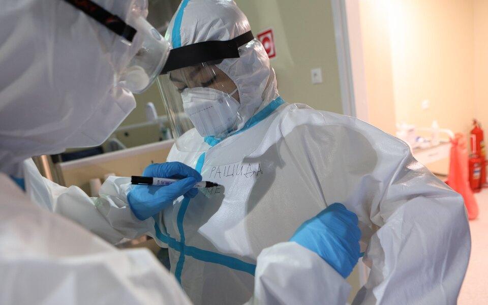 Медики, работающие с зараженными коронавирусом в Москве
