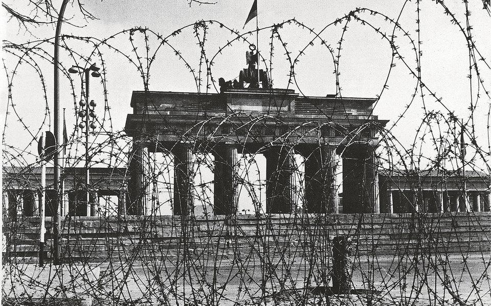 Ровно 30 лет назад пала Берлинская стена — символ илиния фронта холодной войны: вспоминаем ее историю