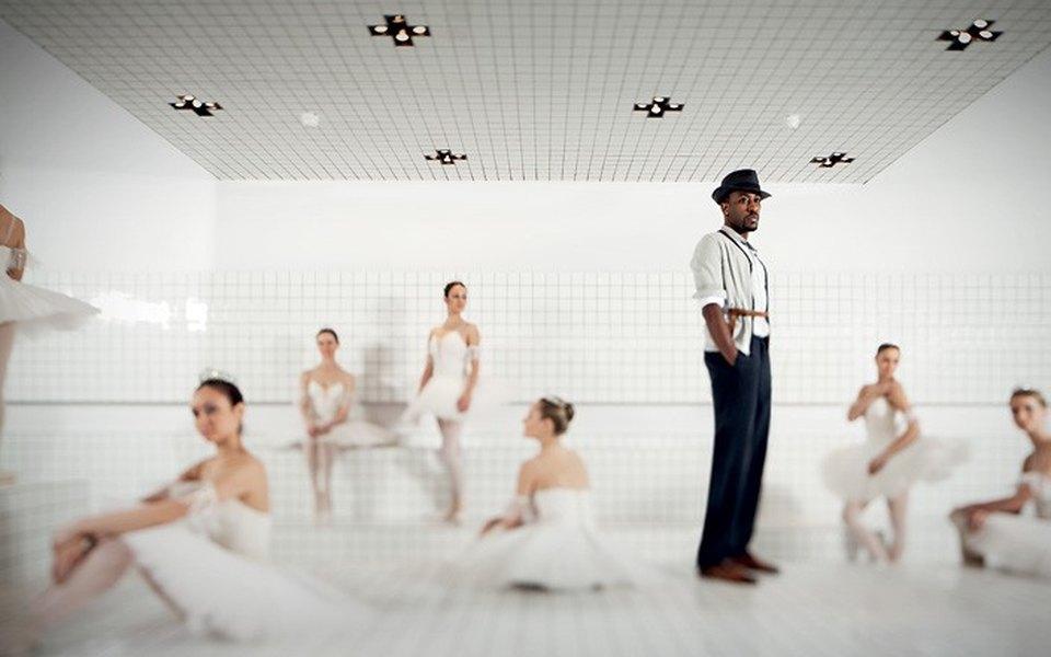 Баскетболист Джон Роберт Холден окружен балеринами