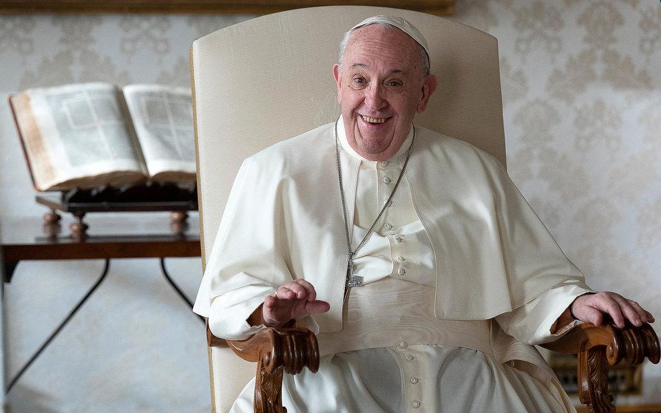 Избави нас отлукавого: Ватикан начал расследование из-за лайка, оставленного отимени папы римского подоткровенным фото модели