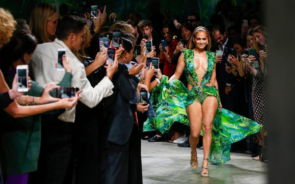 Versace подали всуд нафаст-фэшн-бренд Fashion Nova, который скопировал знаменитое зеленое платье Дженнифер Лопес