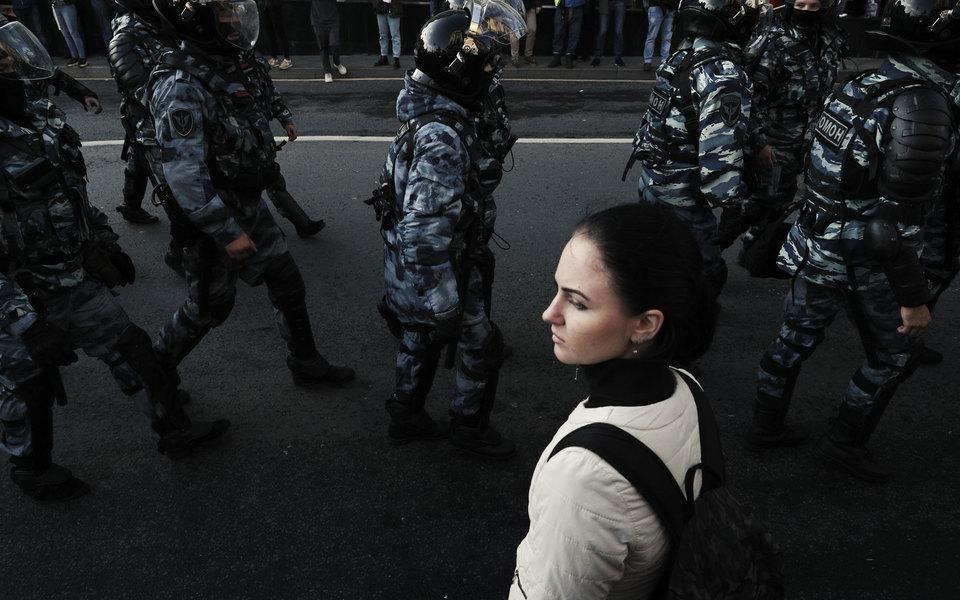 Картинки по запросу полицейский бьет женщину рф