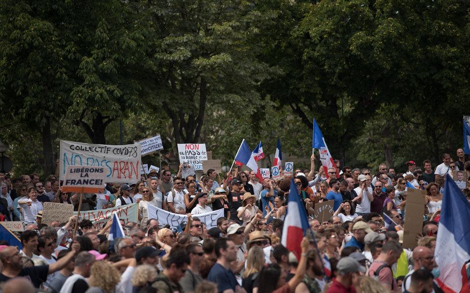 Власти Франции смягчили законопроект оковид-пропусках после массовых протестов