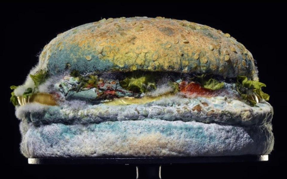 Burger King выпустил рекламный ролик с заплесневелым воппером. Так компания заявила, что отказывается от искусственных добавок