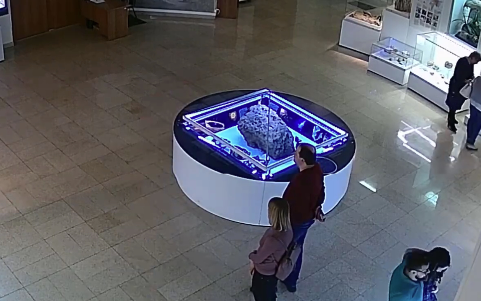 Над метеоритом в челябинском музее самопроизвольно поднялся купол. К расследованию инцидента привлекут ученых