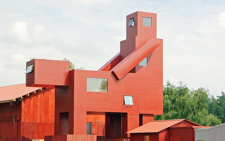Парижский Лувр выступил против скульптуры «совокупляющихся» зданий. Музей обвинили вцензуре