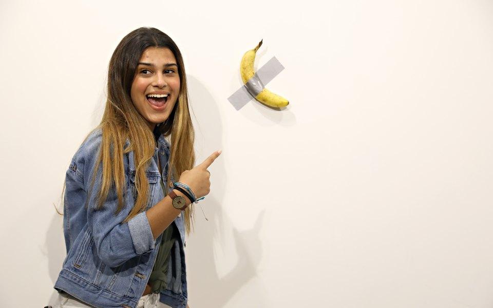 На выставке Art Basel вМайами продали работу за$120 тысяч, но один изпосетителей ее съел. Это банан, приклеенный кстене
