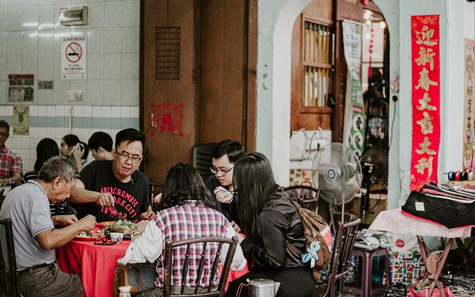«Паразиты» по‑китайски: китаец сбежал со свидания сдевушкой, которая привела нанего 23 родственника ради ужина заего счет
