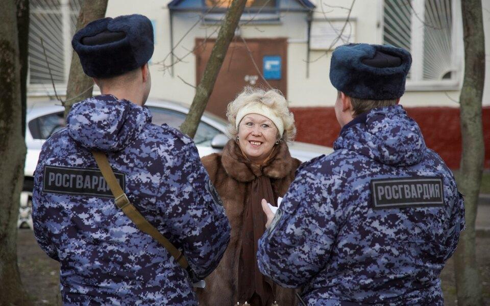 В Москве пенсионерка выбросила сбалкона полмиллиона рублей попросьбе лжеполицейских