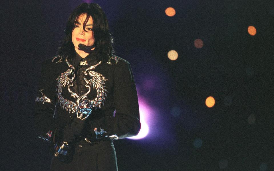 Майкл Джексон восьмой год подряд стал самой высокооплачиваемой знаменитостью, зарабатывающей даже после смерти