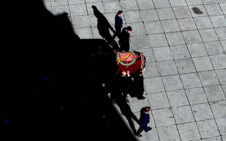 В Испании эксгумировали останки диктатора Франсиско Франко. Их перезахоронят накладбище