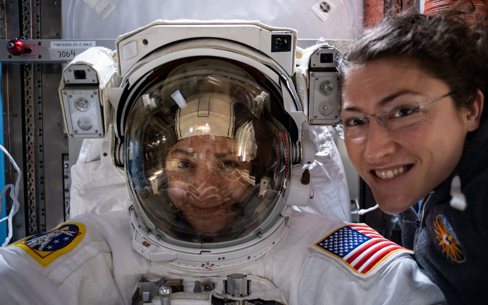 Впервые вистории воткрытый космос вышел женский экипаж. Их пребывание забортом МКС продлилось 7 часов