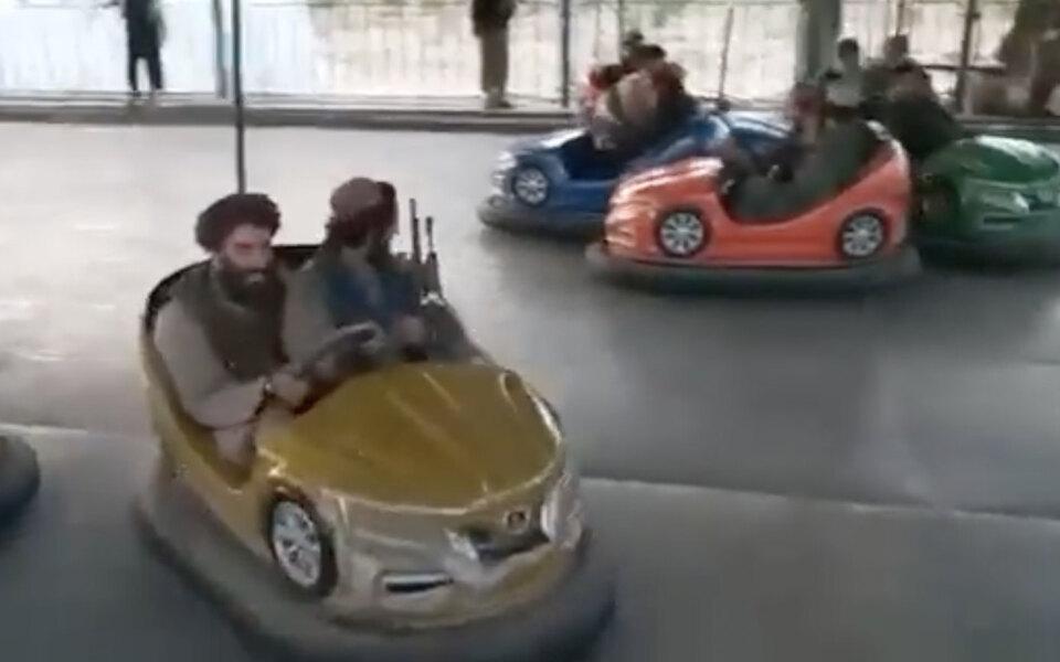 В соцсетях появились видео, на которых талибы после захвата Афганистана ездят на машинках на автодроме, прыгают на батуте и катаются на карусели