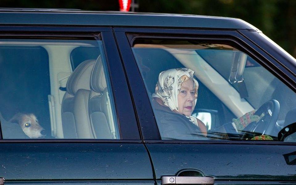 Елизавета II впервые появилась напублике после скандального заявления принца Гарри иМеган Маркл. Королеве 93, иона зарулем