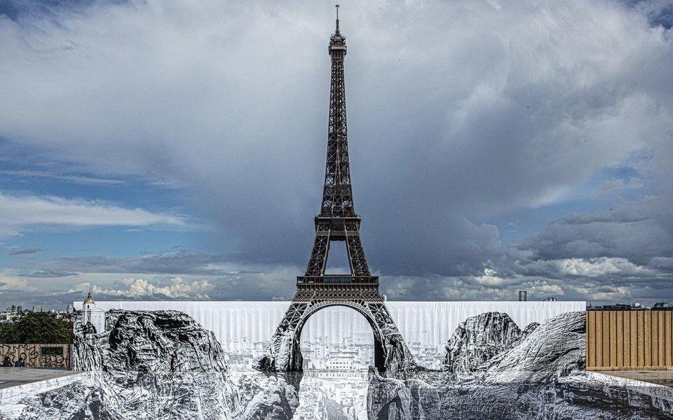 В сети появилась новая оптическая иллюзия: Эйфелева башня будто бы парит над оврагом