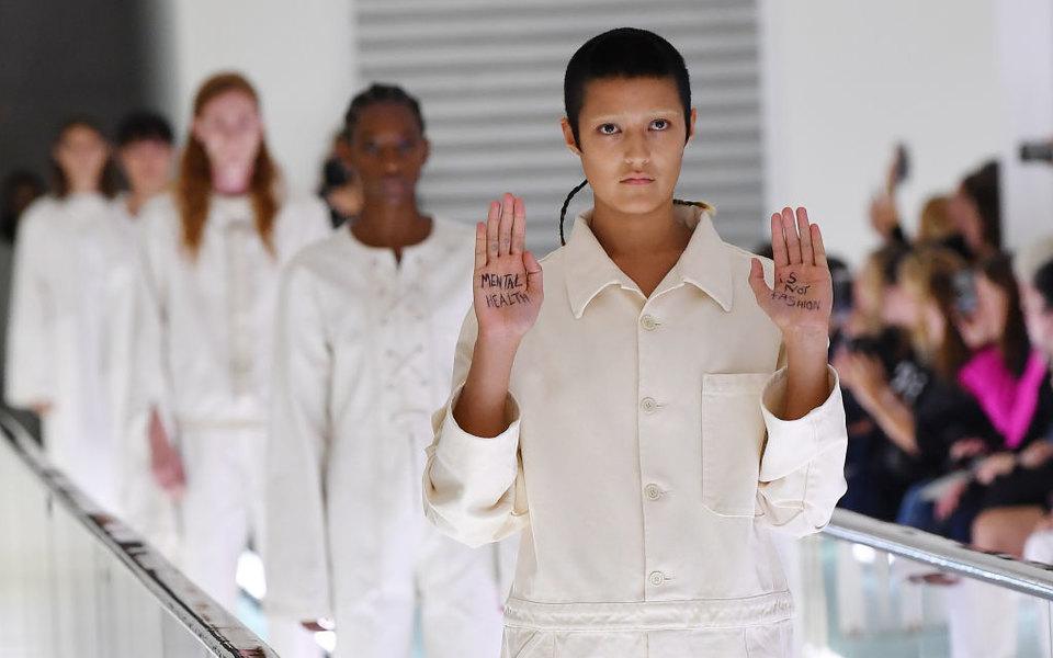 «Психическое здоровье — это немода»: модель Gucci прямо наподиуме выразила протест против одежды, напоминающей смирительные рубашки
