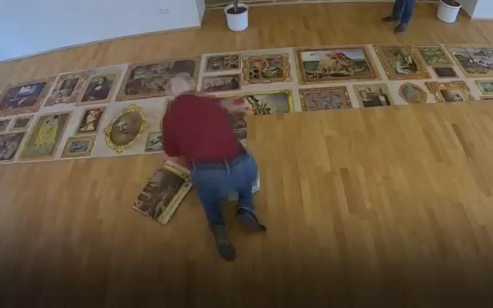 Мужчина не может найти последнюю деталь, чтобы завершить пазл из 54 тысяч частей