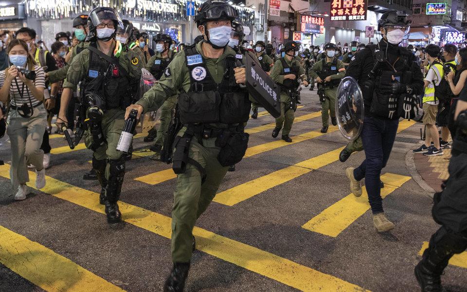 В Гонконге во время разгона протестов силовики жестко задержали 12-летнюю девочку. Она настаивает, что шла зашкольными принадлежностями
