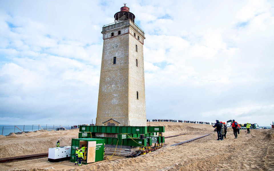 В Дании передвинули 720-тонный маяк, который мог оказаться подводой из-за эрозии почвы