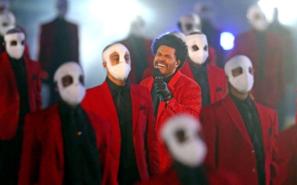 The Weeknd наСупербоуле станцевал сдвойниками и«заблудился» винсталляциях. Ивсе незря, ведь лучшее признание — это мемы