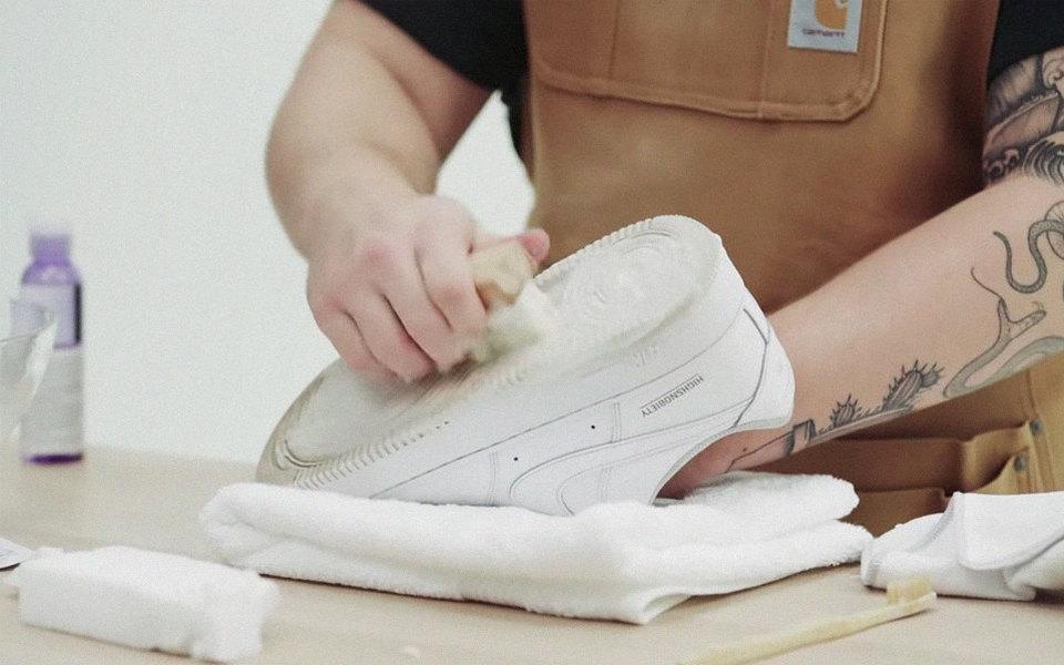 Как чистить белые кроссовки: видеоинструкция | Журнал Esquire.ru