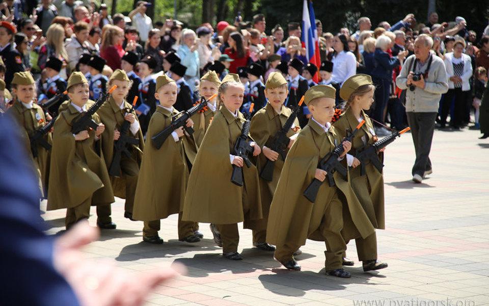 В Пятигорске провели «парад дошкольных войск», где дети прошлись сигрушечными винтовками вруках