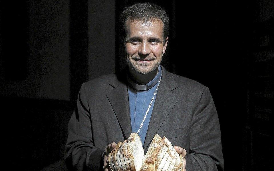 Испанский епископ отказался от сана, полюбив автора эротических романов с сатанинскими сюжетами
