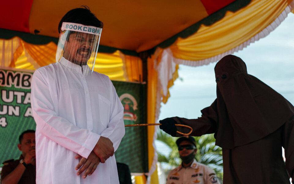 В Индонезии двое геев получили по77 ударов палками заоднополый секс