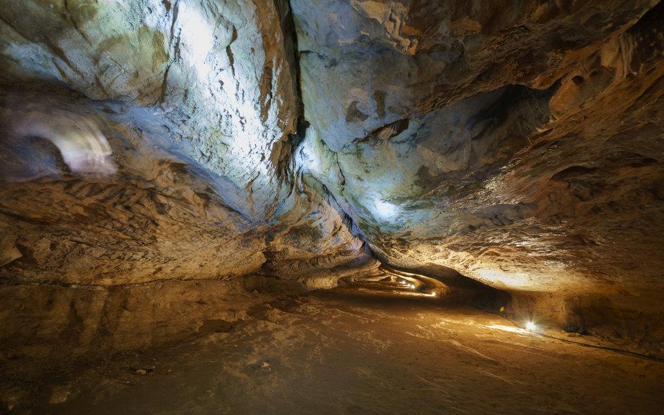 Во Франции 15 исследователей прожили впещере 40 дней вполной изоляции. Уних небыло часов иникакой связи