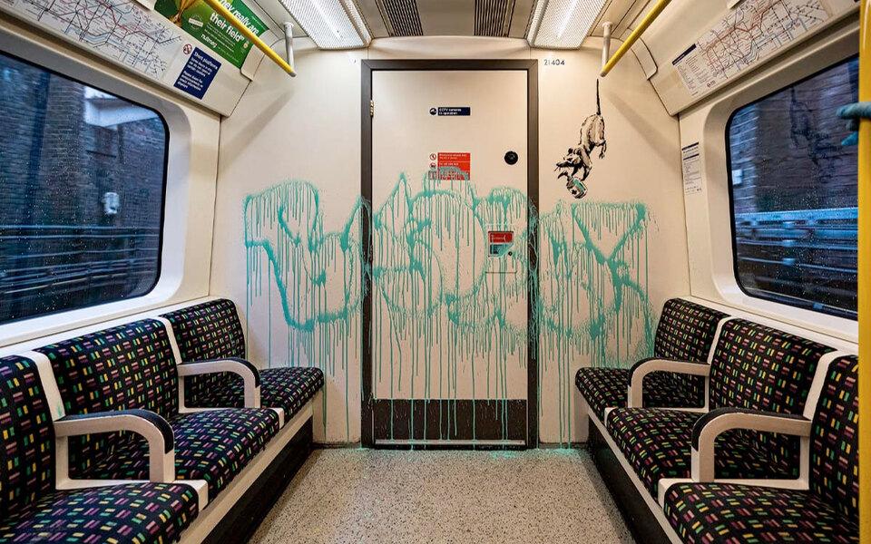 Бэнкси спустился влондонское метро ирасписал вагоны. Нановых граффити изображены крысы — чихающие ипрячущиеся подмасками